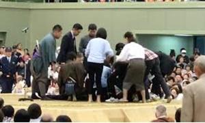相撲協会、土俵上の女性への対応を詫びる