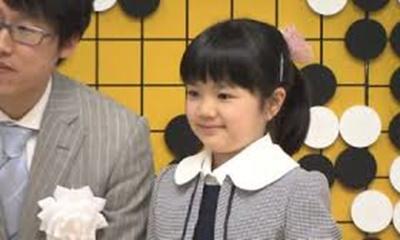 中邑菫さん、最年少プロ棋士に