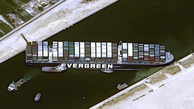 スエズ運河で巨大船座礁